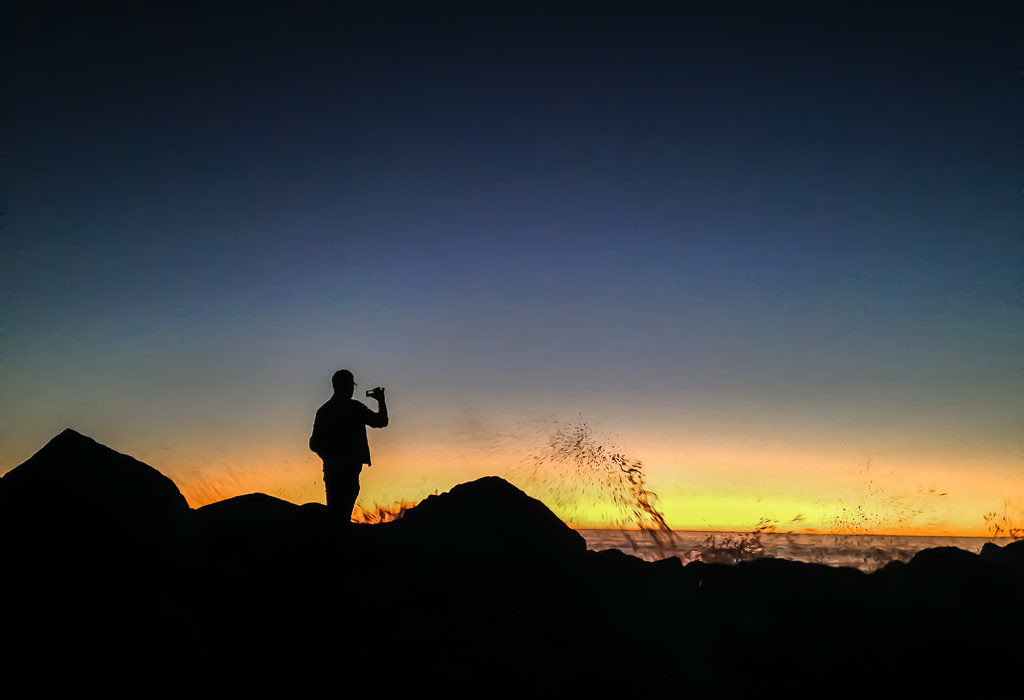 How to take photos as a solo introvert traveler. Sunset watching in Venice Beach, roadsanddestinations.com