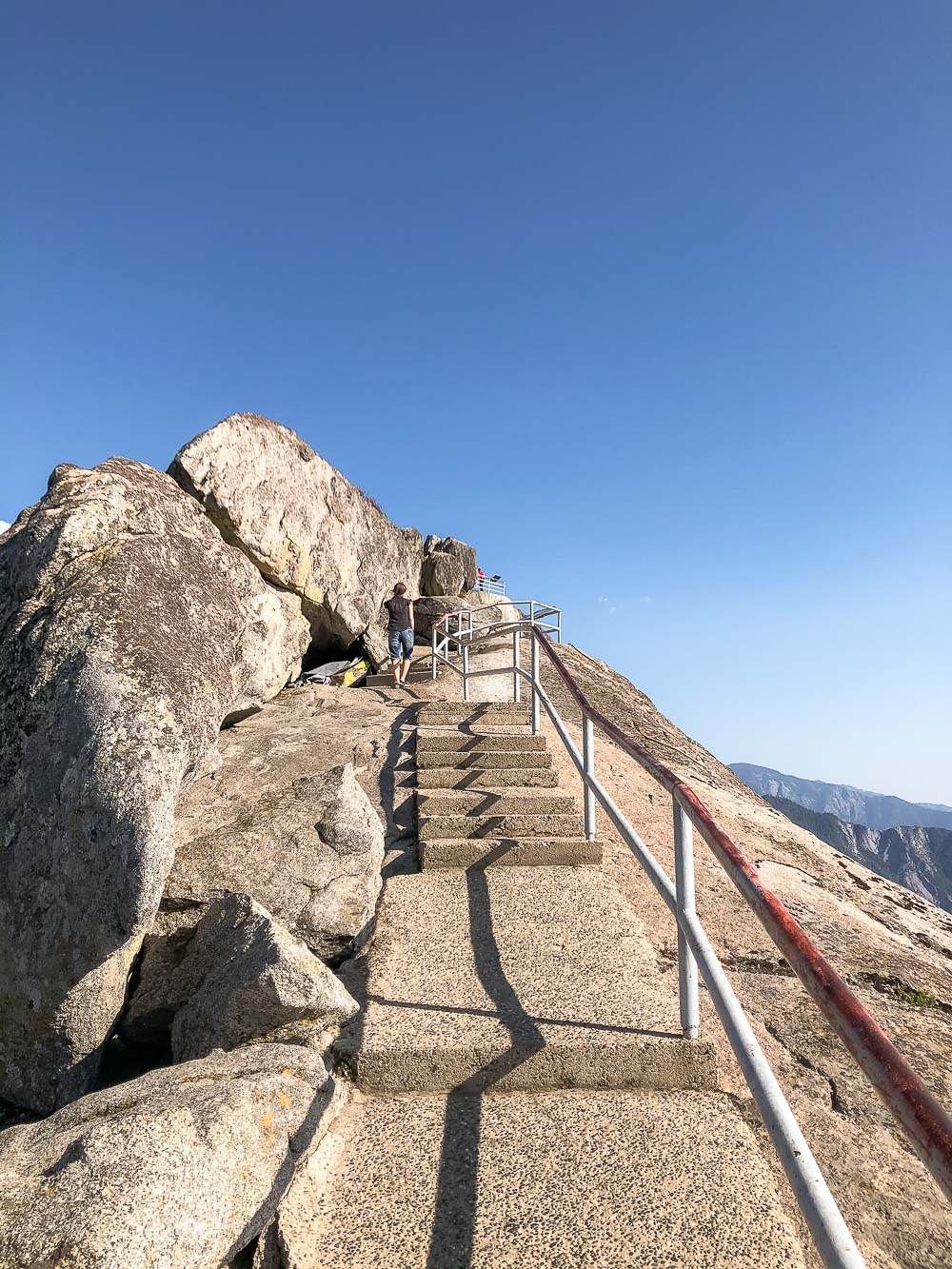 Hiking Moro Rock - Roads and Destinations_roadsanddestinations.com