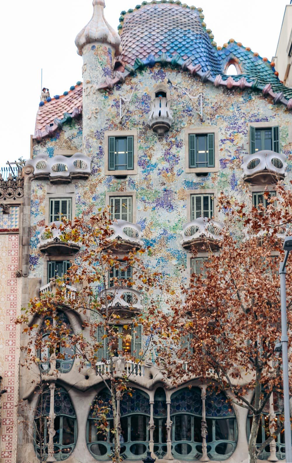 Barcelona Travel Guide - Roads and Destinations, roadsanddestinations.com